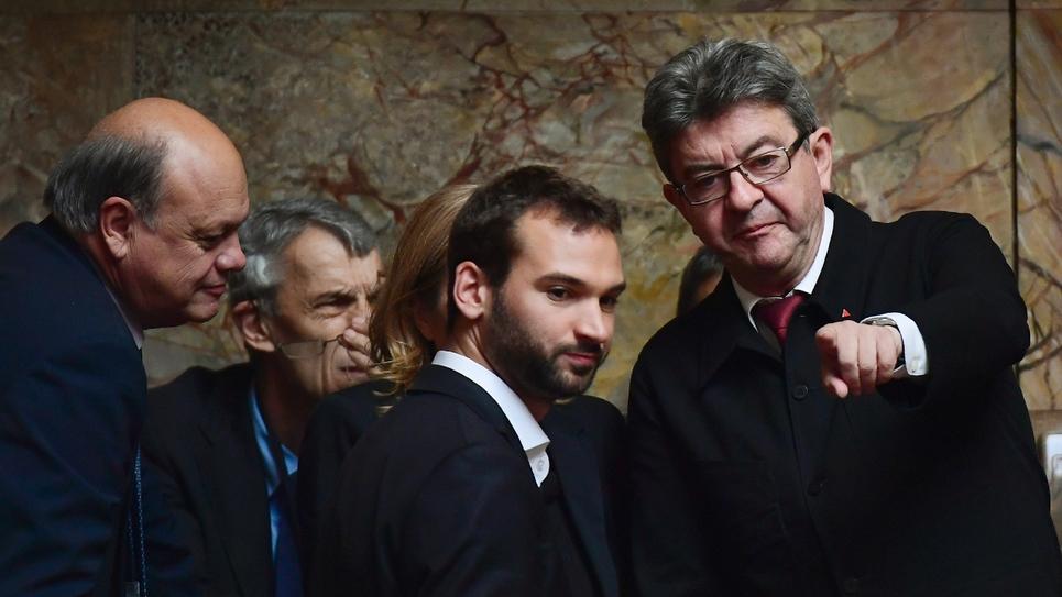 Le député LFI du Nord Ugo Bernalicis (c) avec le leader de La France insoumise Jean-Luc Mélenchon (d), le 4 juillet 2017 à Paris