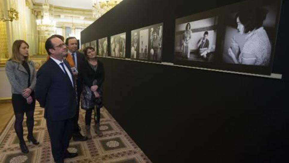 Le président de la République française François Hollande visite une exposition en marge de la Conférence nationale sur le handicap au palais de l'Elysée, à Paris, le 11 décembre 2014