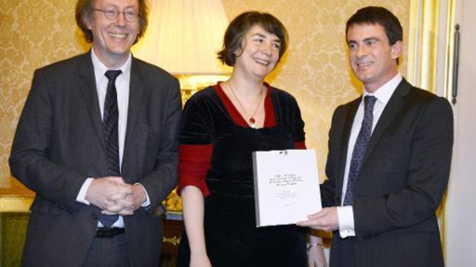 Le député PS Jean-Patrick Gille, l'ancienne directrice du Festival d'Avignon, Hortense Archambault et le Premier ministre Manuel Valls, lors de la remise du rapport sur le régime des intermittents le 7 janvier 2015 à Matignon