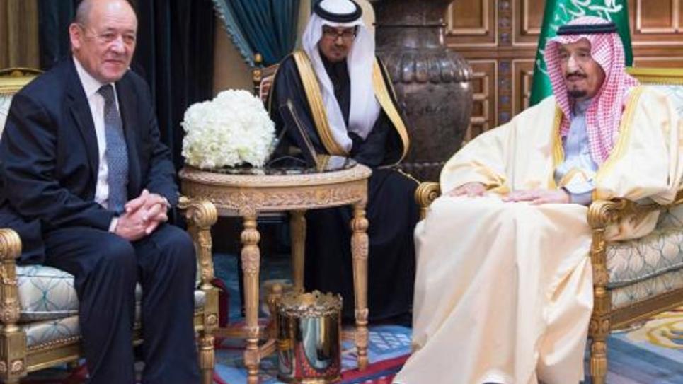 Photographie fournie par l'Agence de presse saoudienne (SPA) le 4 janvier 2015 montrant le ministre français de la Défense Jean-Yves Le Drian (g) et le prince héritier Salmane Ben Abdel Aziz à Ryad