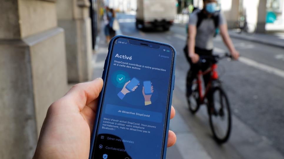 Un téléphone équipé de l'application StopCovid, à Paris, le 27 mai 2020
