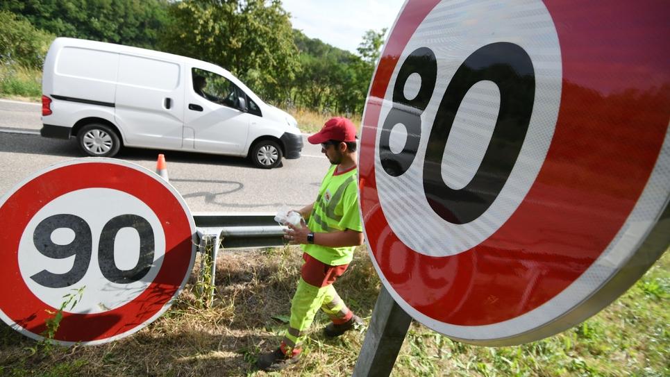 Installation du nouveau panneau de limitation de vitesse à 80 km/h sur une route de l'est de la France, le 29 juin 2018 à Wittenheim