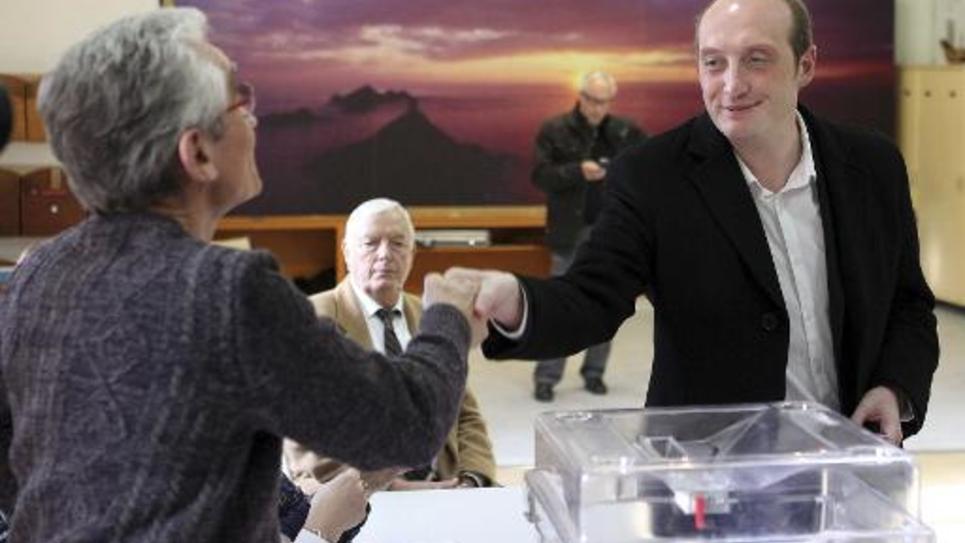 Le député-maire sortant Laurent Marcangeli (UMP) vote à l'élection municipale d'Ajaccio, le 25 janvier 2015
