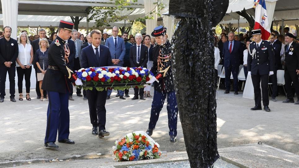 Le président Emmanuel Macron dépose une gerbe lors de la cérémonie d'hommage aux victimes du terrorisme, le 19 septembre 2018 à Paris