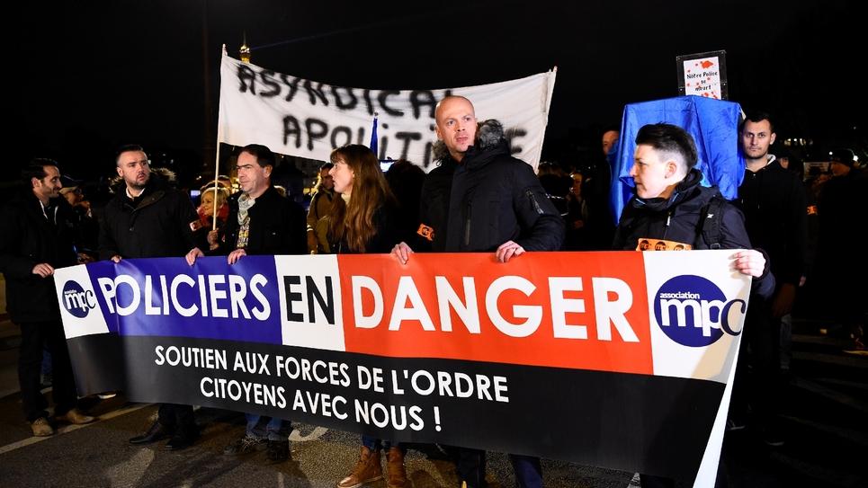 Manifestation de policiers protestant contre les attaques contre les forces de l'ordre et demandant plus de moyens à Paris le 13 décembre 2016