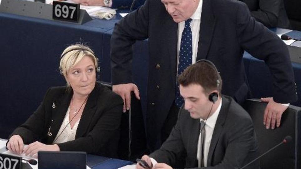 Le député européen FN Bruno Gollnisch (c) aux côtés de la présidente du Front national Marine Le Pen et de son vice-président Florian Philippot, durant un vote au Parlement européen à Strasbourg, le 29 avril 2015