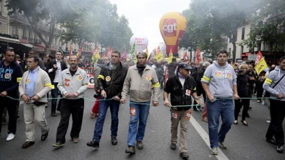 Des syndicalistes de la CGT et de Sud-Rail manifestent contre la réforme ferroviaire de la SNCF, à Paris, le 19 juin 2014
