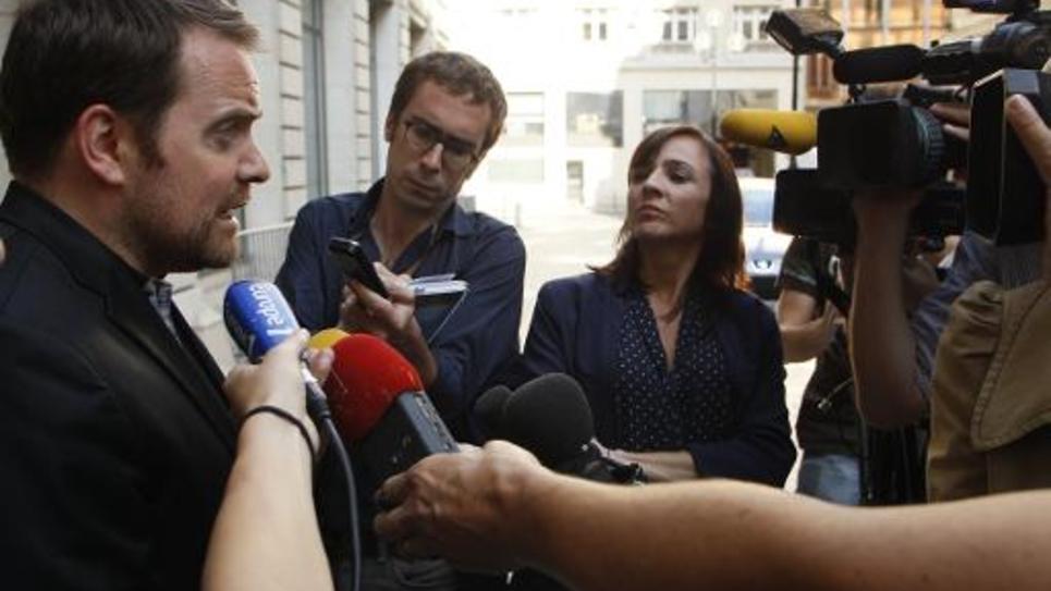 L'ancien dirigeant et fondateur de Bygmalion, Bastien Millot, entouré de journalistes à l'issue de sa garde à vue le 1er octobre 2014 à Paris