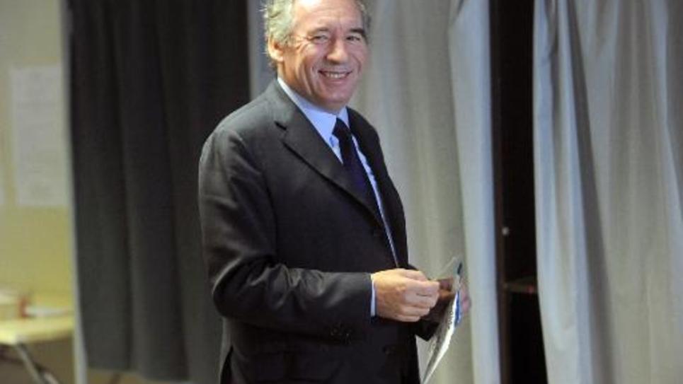 Le président du Modem François Bayrou s'apprête à voter pour les Européennes, le 25 mai 2014 à Pau
