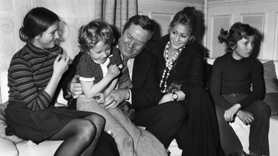 Jean-Marie Le Pen, candidat du Front National aux élections présidentielles, joue avec sa fille Marine dans son appartement parisien, le 1er mai 1974, entouré de sa femme Pierrette (dr) et de ses autres enfants ; de G à Dr Marie-Caroline, Marine, Jean-Marie Le Pen, Pierrette Le Pen, et Yann