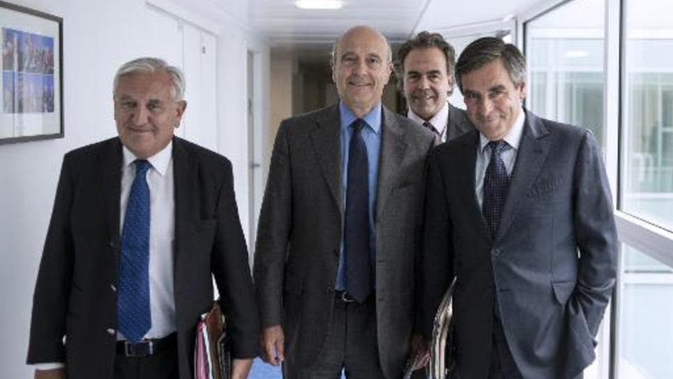 La direction provisoire de l'UMP formée d'un trium-virat rassemblant Jean-Pierre Raffarin (g), Alain Juppé (2eG), et François Fillon (d), auquel il faut ajouter le secrétaire général du parti Luc Chatel (2d), le 17 juin 2014 à Paris