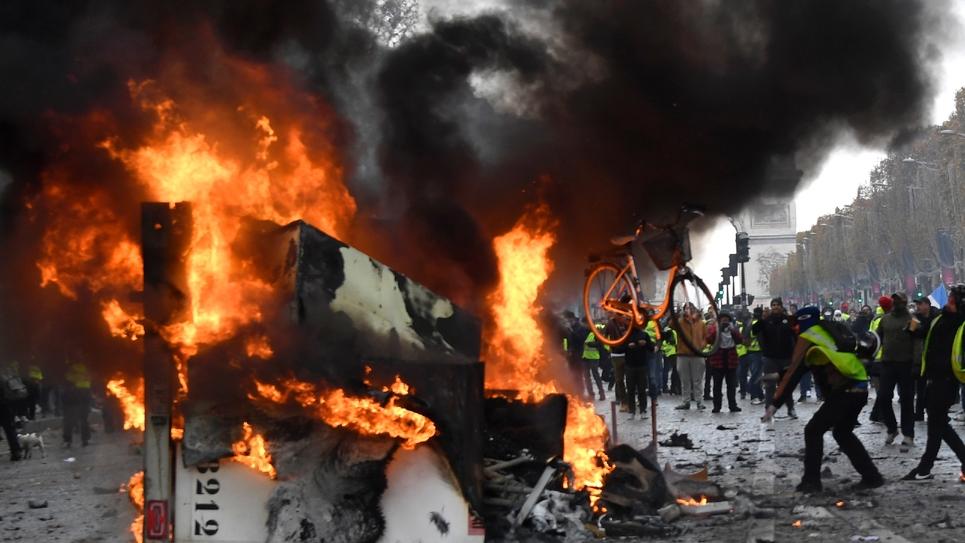 """Manifestation sur les Champs-Elysées de """"gilets jaunes""""contre la hausse des taxes et la baisse du pouvoir d'achat, le 24 novembre 2018 à Paris"""