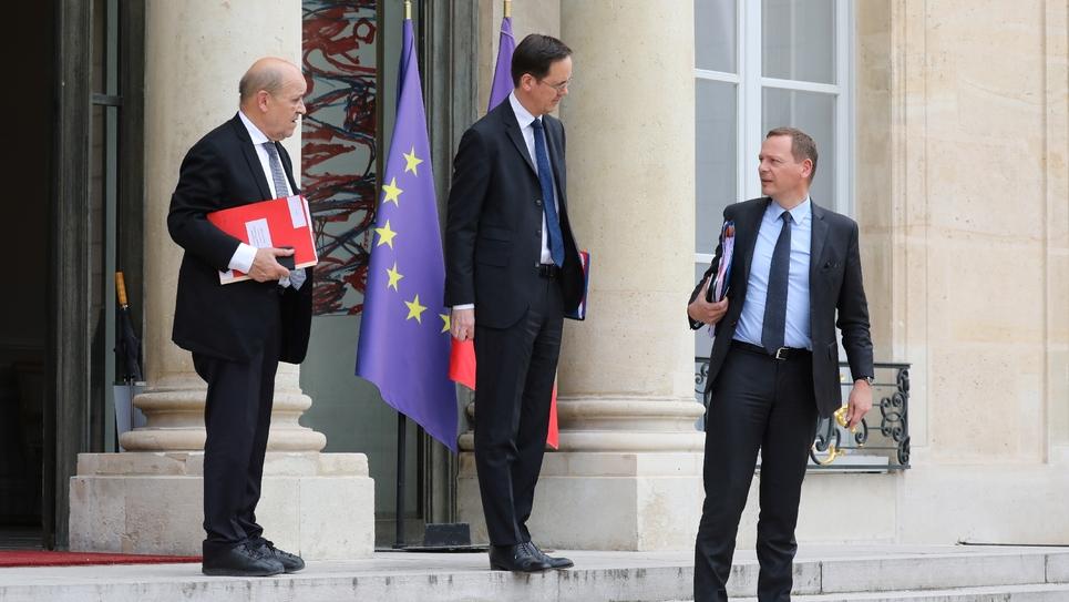 Le ministre des Affaires Etrangères Jean-Yves Le Drian et le conseiller diplomatique d'Emmanuel Macron Emmanuel Bonne sur les marches de l'Elysée le 24 mai 2019