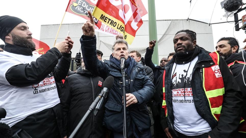 Le leader du PCF Fabien Roussel (C) au dépôt de bus de Vitry-sur-Seine (Val-de-Marne) le 13 janvier 2020, au 40ème jour de grève contre la réforme des retraites