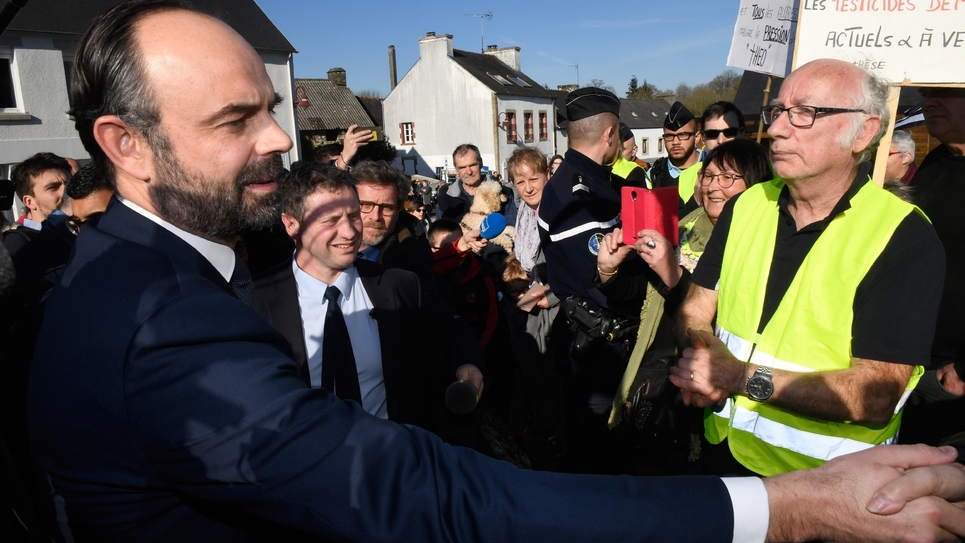 """Le Premier ministre Edouard Philippe rencontre des """"gilets jaunes"""" à Saint-Hernin le 15 février 2019"""