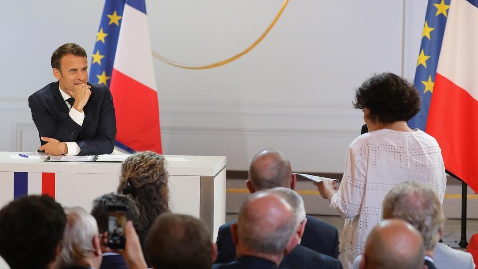 Emmanuel Macron écoute la question d'une journaliste lors de sa conférence de presse à l'Elysée, le 25 avril 2019