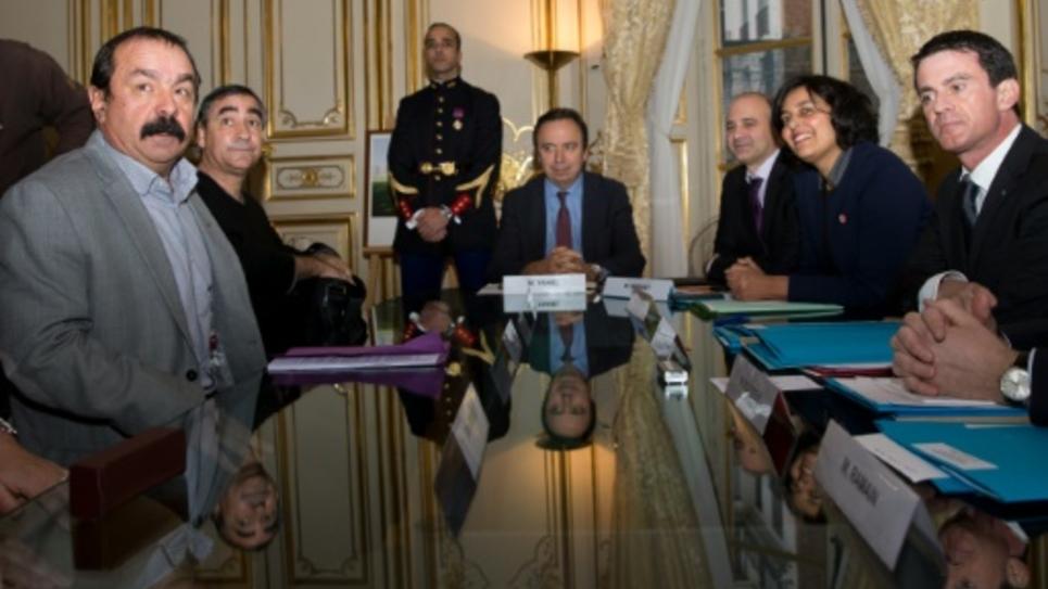 Le secrétaire général de la CGT Philippe Martinez (g) lors d'une réunion sur l'emploi avec le Premier ministre Manuel Valls (d) à Matignon, le 11 janvier 2016