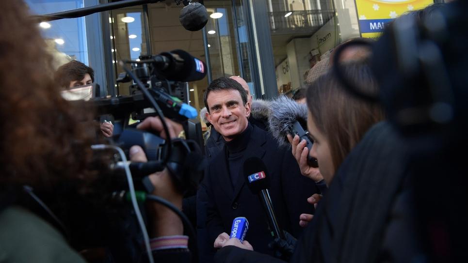 Manuel Valls, dans les rues de Paris, le 17 décembre 2016