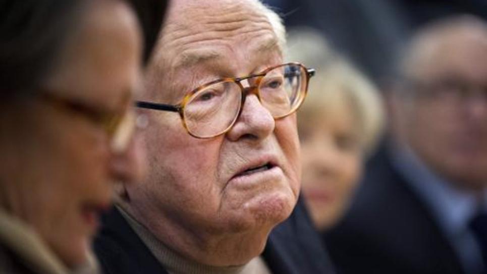 Le président d'honneur du FN, Jean-Marie Le Pen, s'exprime lors d'une conférence de presse le 17 janvier 2015 à Aubigny