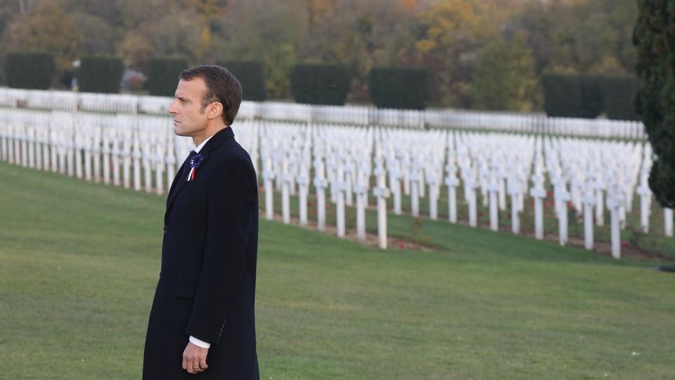 Emmanuel Macron au cimetière près de l'Ossuaire de Douaumont, près de Verdun, le 6 novembre 2018, pendant les cérémonies marquant le centenaire de la Première Guerre mondiale