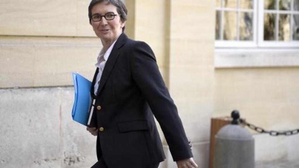 La secrétaire d'Etat Valérie Fourneyron monte les marches de l'Hôtel Matignon, à Paris, le 10 avril 2014