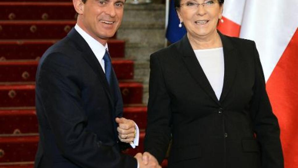 Le Premier ministre Manuel Valls (g) et son homologue polonaise Ewa Kopacz, le 12 mars 2015 à Varsovie