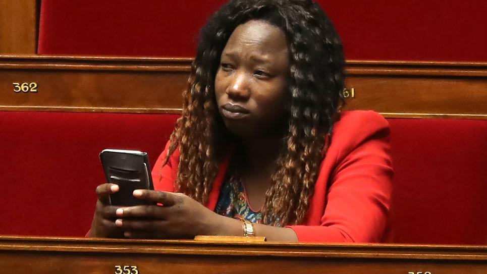 La députée La République en Marche Huguette Tiegna assiste à Paris à une séance de questions au gouvernement, le 24 janvier 2018 à l'Assemblée nationale