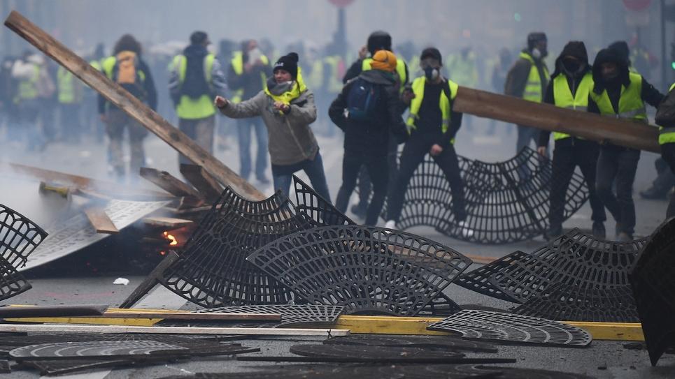 """Des """"gilets jaunes"""" manifestent et s'emparent de grilles de métal à Paris, le 1er décembre 2018"""