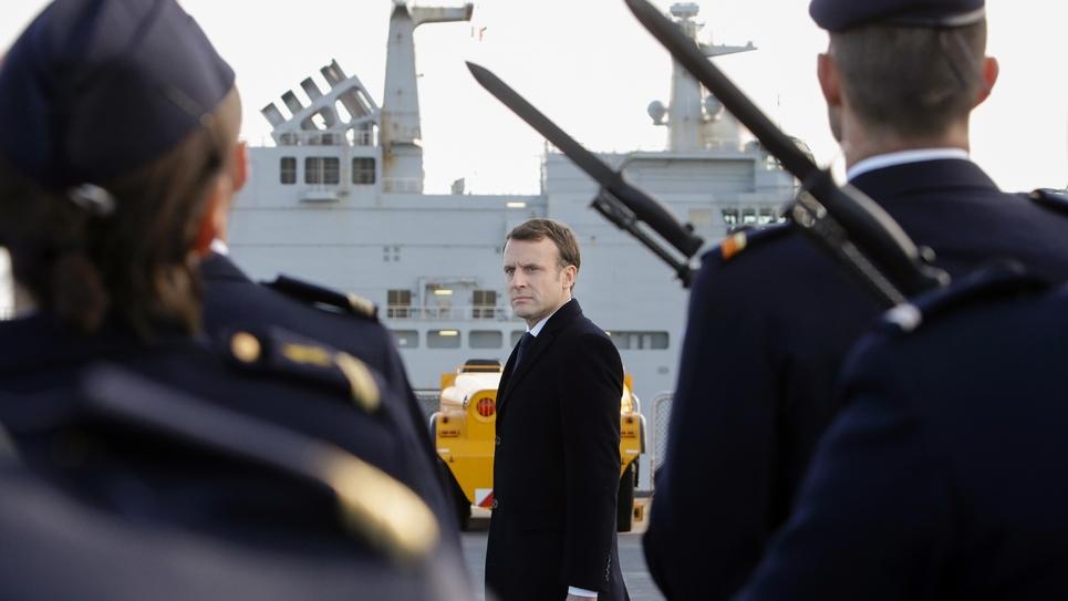 Emmanuel Macron passe en revue des troupes de la marine, à bord du Mistral, à Toulon, le 19 janvier 2018
