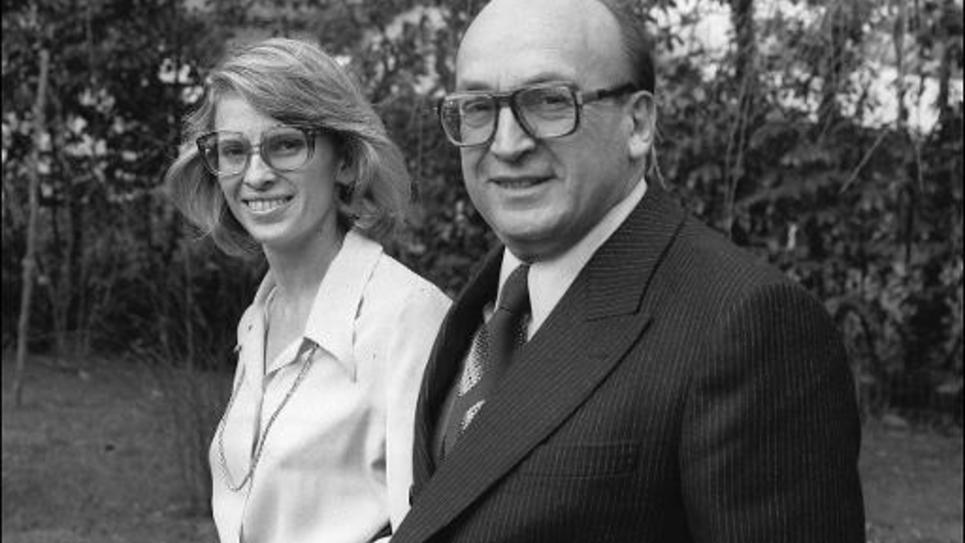 Michèle Alliot-Marie se promène avec son père Bernard Marie, député-maire de Biarritz, le 13 février 1978 à Biarritz