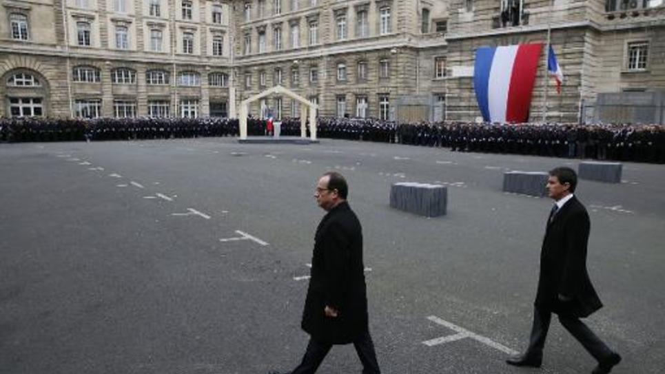 Le président François Hollande et le Premier ministre Manuel Valls arrivent à la cérémonie de décoration posthume de la Légion d'Honneur des trois policiers tués dans les récents attentats jihadistes, à la préfecture de police de Paris, le 13 janvier 2015