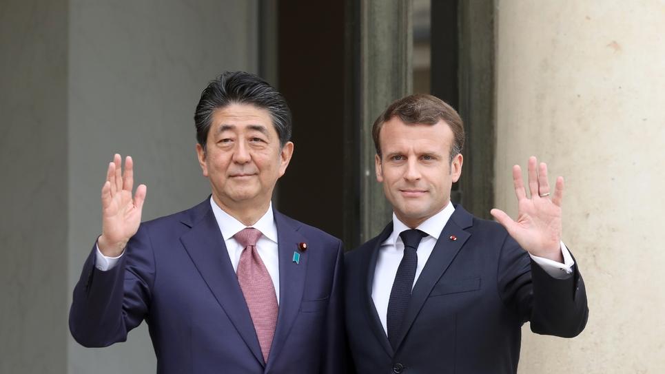Emmanuel Macron et Shinzo Abe à l'Elysée, le 23 avril 2019 à Paris