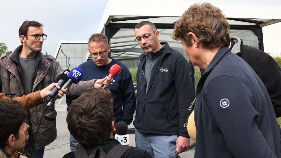 Des salariés de WN, repreneur de l'ex-usine Whirlpool d'Amiens placé en redressement judiciaire, discutent avec des journalistes, le  le 29 mai 2019
