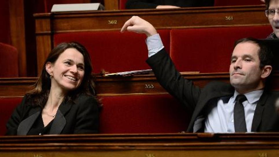 Les deux ansciens ministres PS Aurélie Filipetti (g) et Benoît Hamon lors d'un débat sur le projet de loi Macron à l'Assemblée nationale, le 13 février 2015