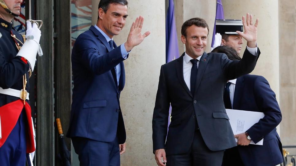 Le président Emmanuel Macron (d) reçoit le Premier ministre espagnol Pedro Sanchez, le 27 mai 2019 à l'Elysée, à Paris