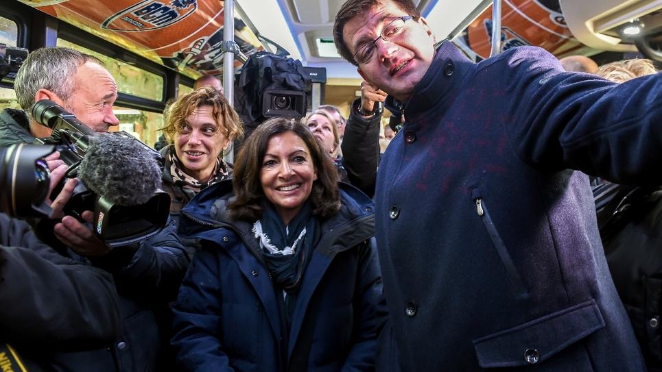 La maire de Paris Anne Hidalgo posant pour un selfie avec le maire de Dunkerque Patrice Vergriete, dans l'un des bus 100% gratuits qui fonctionnent dans cette ville. Photo prise le 30 octobre 2018.