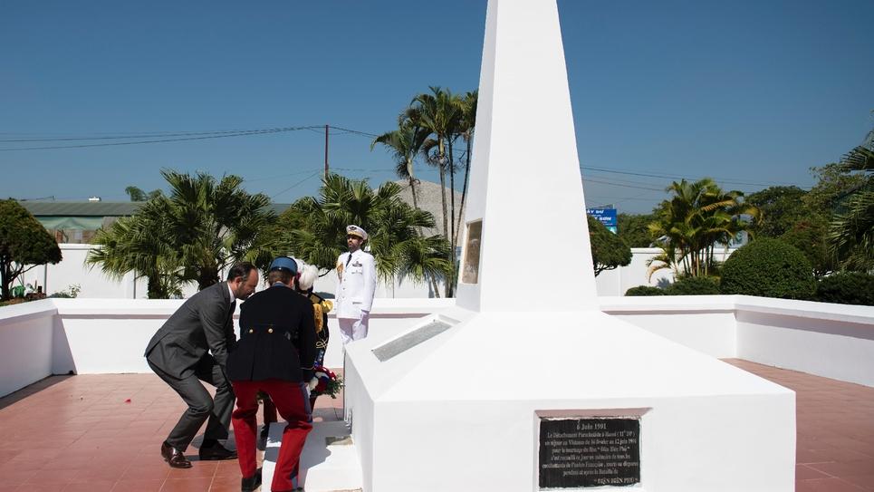 Le Premier ministre français Edouard Philippe dépose une gerbe au mémorial français de Dien Bien Phu, le 3 novembre 2018 lors de sa visite au Vietnam