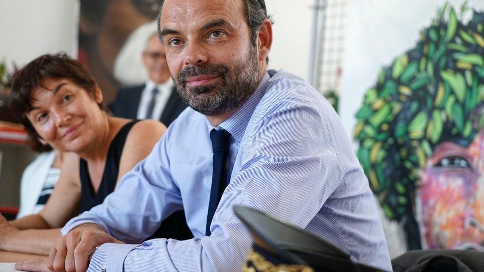 La ministre des Outre-mers Annick Girardin et le Premier ministre Edouard Philippe  dans un lycée de Mont-Dore en Nouvelle-Calédonie, le 5 décembre 2017