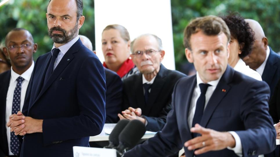 Le président français Emmanuel Macron (D) s'exprime sous les yeux du Premier ministre Edouard Philippe (2e en partant de la G), le 8 juillet 2019 à Paris