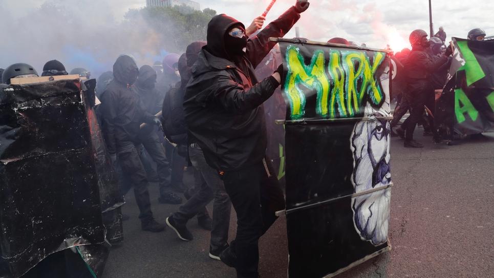 """Des """"blacks blocs"""" manifestent en marge du défilé parisien du 1er Mai 2018"""