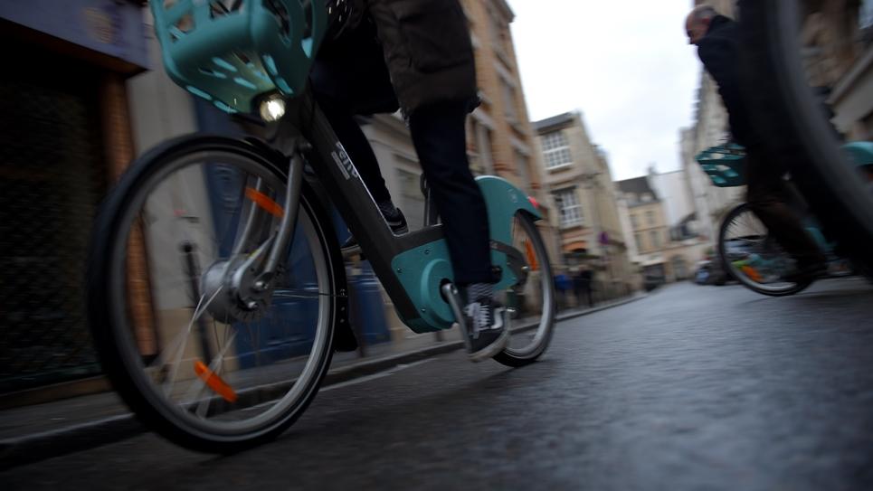 Un cycliste conduit un nouveau vélo Vélib' à Paris, le 1er janvier 2018