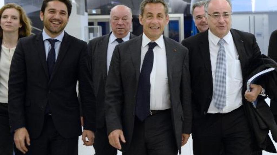 Le président de l'UMP Nicolas Sarkozy (c) au siège du parti, le 6 janvier 2015 à Paris