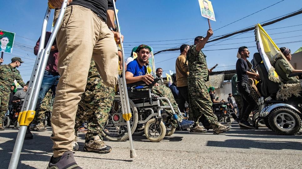 Des vétérans kurdes manifestent le 8 octobre 2019 contre les menaces turques devant le siège de l'ONU à Qamichli, dans le nord de la Syrie