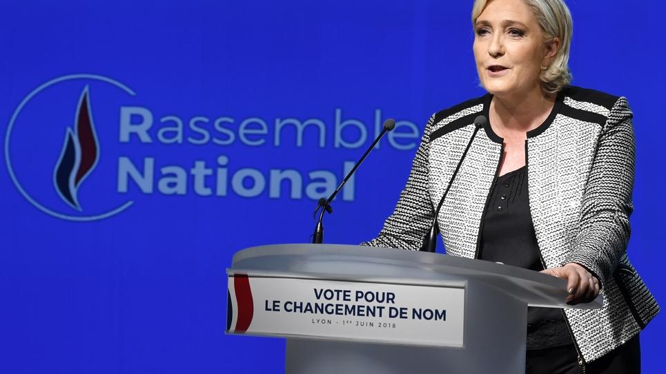 Marine Le Pen présente le nouveau nom et le nouveau logo du Front national qui devient Rasseblement National, le 1er juin 2018 à Bron, près de Lyon