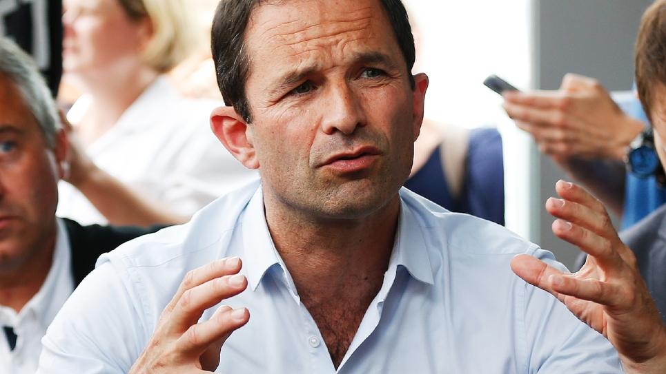 Benoît Hamon le 29 mai 2018 lors d'une réunion avec les personnels en grève de la faim de l'Hôpital psychiatrique du Rouvray