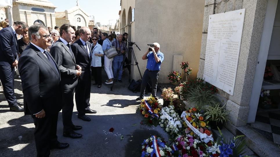 Les maires de Nice Christian Estrosi (c) et d'Ajaccio Laurent Marcangeli (d) devant le mémorial aux victimes du crash de 1968 du vol Air France Ajaccio-Nice, lors d'une cérémonie le 11 septembre 2018 à Ajaccio