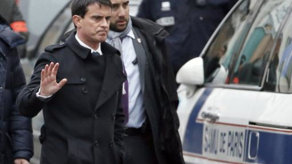 Le Premier Manuel Valls à son arrivée le 7 janvier 2015 dans les locaux de Charly Hebdo à Paris