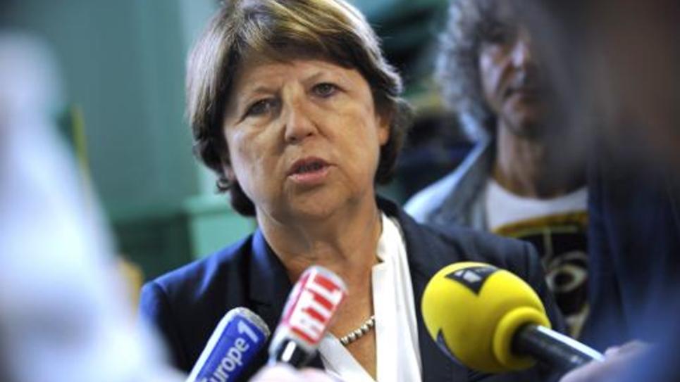 Martine Aubry entourée de journalistes lors de la rentrée scolaire le 2 septembre 2014 à l'école Jean Bart à Lille