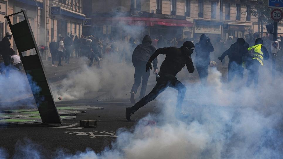 Heurts entre black blocs et forces de l'ordre pendant les défilés du 1er mai 2019 à Paris