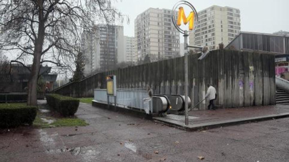 Vue de l'entrée d'une station de métro et d'immeubles à Bobigny, le 3 décembre 2012
